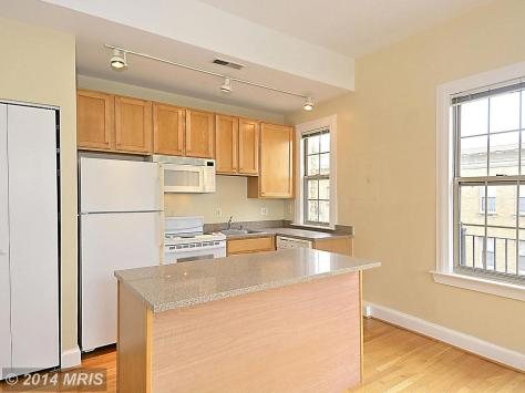 DC8369112 - KITCHEN FEATURESWHITE APPLIANCES AND TALL CABINETS